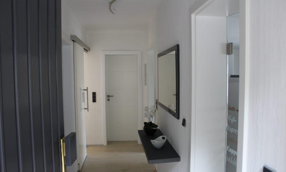 Bild zeigt die moderne Ferienwohnung Ehmann den Wohnungseingang auf der Linken Seite die Glastüren