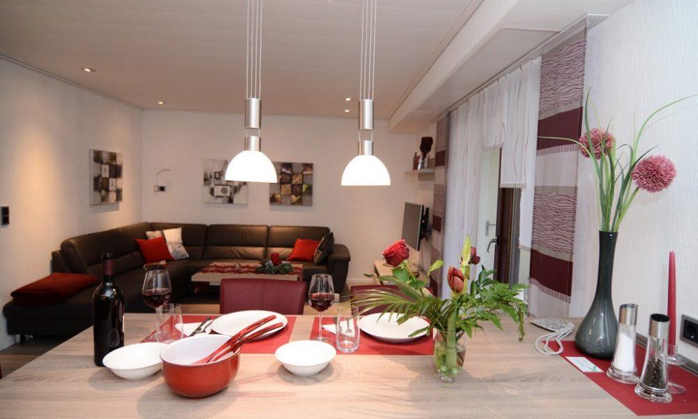 Bild zeigt die moderne Ferienwohnung Ehmann mit Blick von der Essinsel zum Wohnzimmer