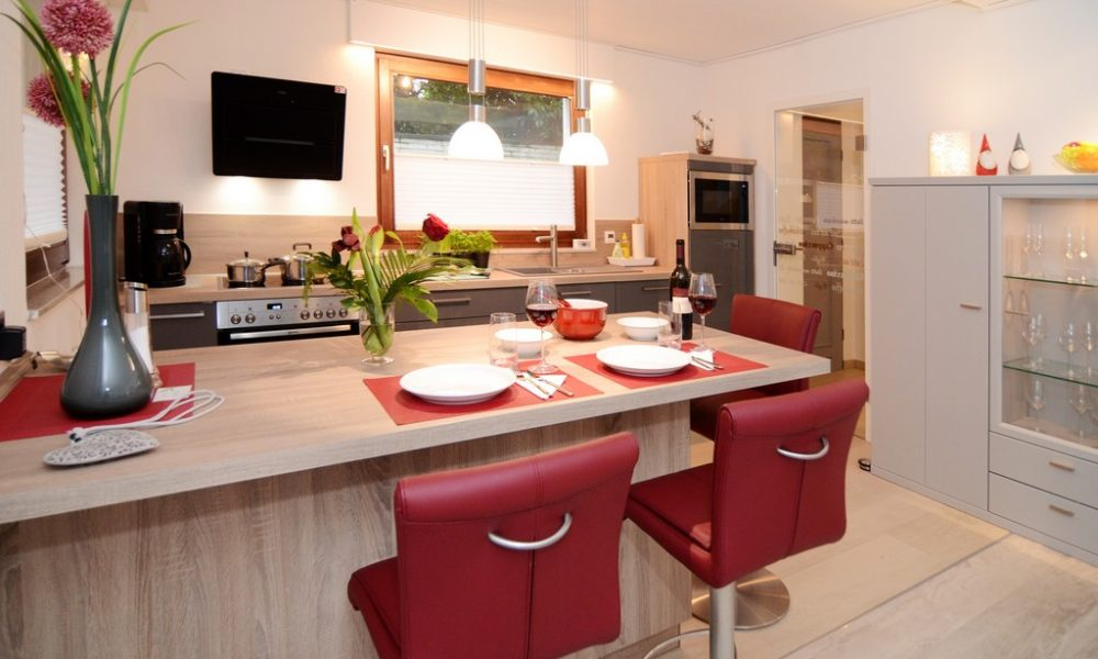 Bild zeigt die moderne Ferienwohnung Ehmann Sicht vom Kücheneingang zur Essinsel