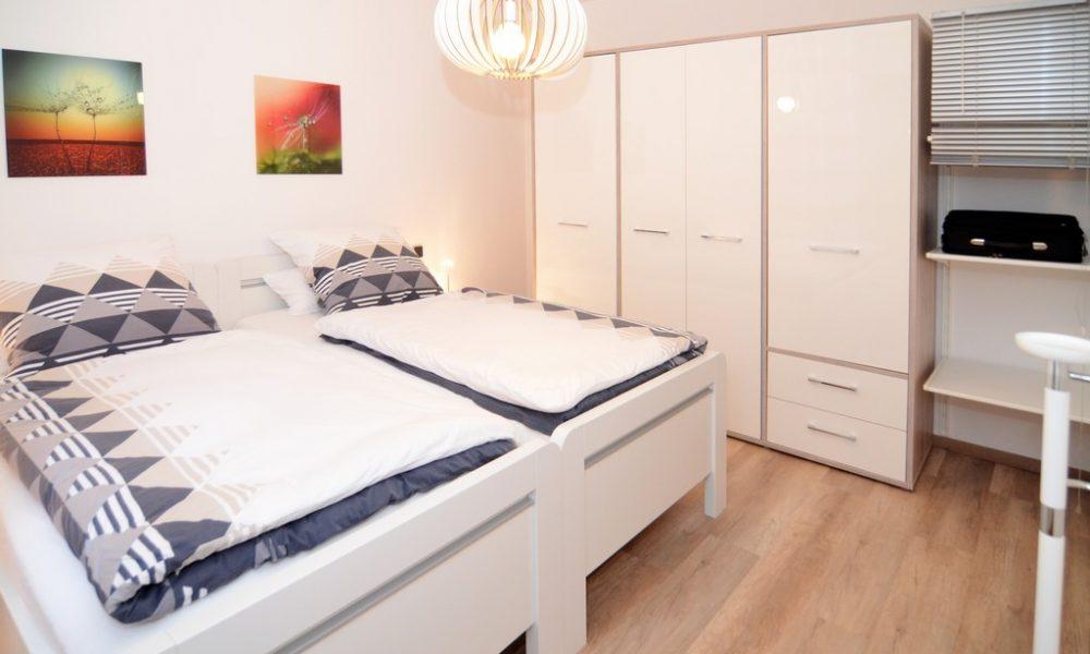Bild zeigt die moderne Ferienwohnung Ehmann Schlafzimmer mit grossem Kleiderschrank