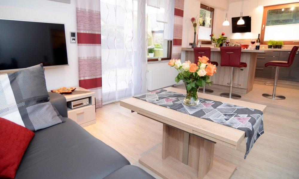 Bild zeigt die moderne Ferienwohnung Ehmann Wohnzimmer-Essinsel-Küche