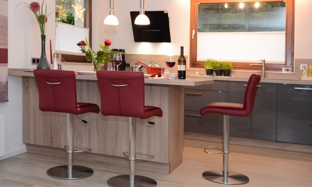 Bild zeigt die moderne Ferienwohnung Ehmann Die Essinsel mit Blick zur Küche